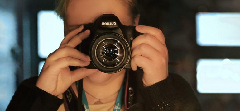 Henkilö kameran kanssa